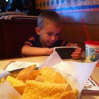 Foto tomada en La Parrilla Mexican Restaurant por Stacy K. el 7/13/2013