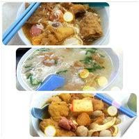 Photo taken at Raja Uda Famous Kwang Hwa Tom Yam Noodle by Chloe K. on 9/1/2013