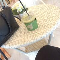 Photo taken at Mooshi Green Smoothie + Juice Bar by Ivy L. on 8/29/2017