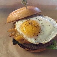 Das Foto wurde bei Hopdoddy Burger Bar von Steve V. am 4/11/2015 aufgenommen