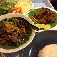 Photo taken at ร้านอาหารพื้นเมือง ข้าวอุ่น Northern Thai Cuisine by Pink L. on 6/7/2014