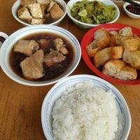Photo taken at Restoran Hwa Mei 美华肉骨茶 by Boon Siang T. on 4/16/2017