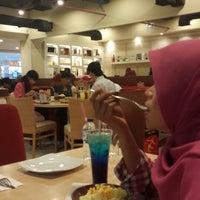 Photo taken at Pizza Hut by Khalifah M. on 2/23/2014