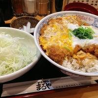 Photo taken at とんかつ まるや 新橋駅前店 by よっしー on 8/26/2013