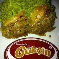 รูปภาพถ่ายที่ Mustafa Gökçin Baklavaları โดย Memet N. เมื่อ 10/13/2013
