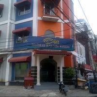 Foto tomada en Restoran Ikan Tude Manado por Ichwan H. el 9/20/2012