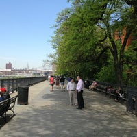 Das Foto wurde bei Brooklyn Heights Promenade von Matthew L. am 5/16/2013 aufgenommen