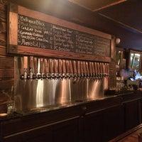 Photo prise au Arts and Crafts Beer Parlor par Brandon M. le7/31/2014