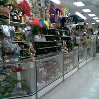 Foto tomada en Hollywood Toys & Costumes  por Hollywood Toys & Costumes el 10/2/2013
