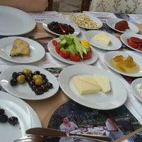 Das Foto wurde bei Köyüm Bahçe Restaurant von Burak C. am 4/30/2016 aufgenommen