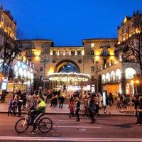 รูปภาพถ่ายที่ Вулиця Хрещатик / Khreshchatyk Street โดย Alex R. เมื่อ 11/3/2013