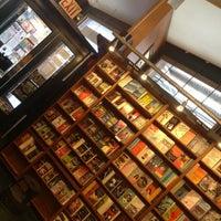 รูปภาพถ่ายที่ St. Mark's Bookshop โดย stacey l. เมื่อ 4/21/2013