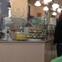 Photo taken at Magnolia Bakery by Aline M. on 5/17/2013