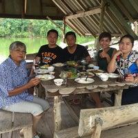 Photo taken at สวนอาหาร คนพลัดถิ่น by Tui C. on 6/5/2016