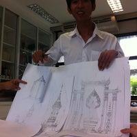 Photo taken at Studio 3 1/2, Faculty of Architecture (ห้องปฏิบัติการนิสิตสาขาวิชาสถาปัตยกรรมไทย) by Nitinat S. on 8/27/2013
