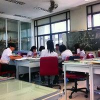 Photo taken at Studio 3 1/2, Faculty of Architecture (ห้องปฏิบัติการนิสิตสาขาวิชาสถาปัตยกรรมไทย) by Nitinat S. on 6/12/2013