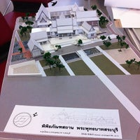 Photo taken at Studio 3 1/2, Faculty of Architecture (ห้องปฏิบัติการนิสิตสาขาวิชาสถาปัตยกรรมไทย) by Nitinat S. on 3/3/2014
