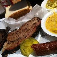 รูปภาพถ่ายที่ John Mueller Meat Company โดย Eric K. เมื่อ 6/25/2013
