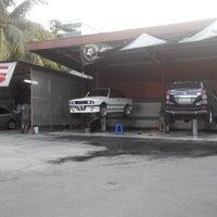 Photo taken at Klinn & Klinn Car Wash by ♛ FäjäR.iS™ on 9/13/2014