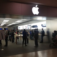 Photo taken at Apple Briarwood by Matt Y. on 10/13/2012