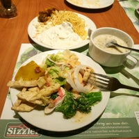 Photo taken at Sizzler by ppumpuisecnl on 4/4/2017