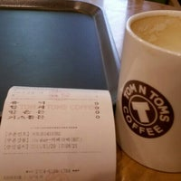 Photo taken at TOM N TOMS COFFEE by 대엽 장. on 1/29/2014