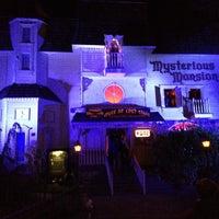 Das Foto wurde bei Mysterious Mansion von Douglas M. am 10/27/2013 aufgenommen
