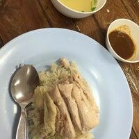 รูปภาพถ่ายที่ ก.ไก่ ข้าวมันไก่ตอน โดย song S. เมื่อ 7/2/2016