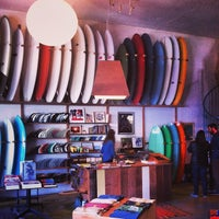 Photo prise au Mollusk Surf Shop par Journey City Guides le9/17/2013