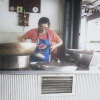 Photo taken at สมทรัพย์ ก๋วยเตี๋ยวเนื้อ-ก๋วยเตี๋ยวหมู by Wingkypapa | C. on 1/31/2013