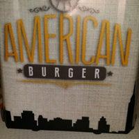 Foto tomada en American Burger por Doan C. el 3/22/2015