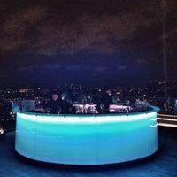 Foto scattata a Octave Rooftop Lounge & Bar da @tinhead Raj T. il 5/10/2013