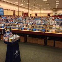 Foto tomada en Barnes & Noble por Azmi M. el 5/13/2014