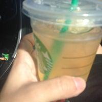 Foto tirada no(a) Starbucks por Marwa S. em 6/17/2014