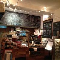 Foto tomada en Piccolo Cafe por Lisa S. el 10/12/2012
