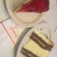 Foto tirada no(a) Junior's Restaurant por CS_just_CS em 1/20/2018