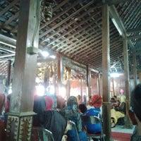 Photo taken at Pondok Dahar Nusantara by Ulisna S. on 12/28/2014