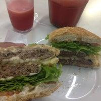 Foto tirada no(a) Geniu's Burger por Pedro G. em 11/7/2014