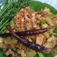 Photo taken at ร้านอาหารพื้นเมือง ข้าวอุ่น Northern Thai Cuisine by Darin C. on 10/30/2015