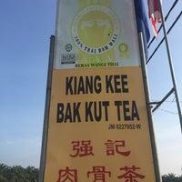 Photo taken at Kiang Kee Bak Kut Teh 强记肉骨茶 by Queenie on 3/19/2017