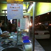 Photo taken at แปดริ้วบะหมี่เกี๊ยว(หมูแดง) by 🎀Kwan K. on 12/11/2012