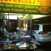 Photo taken at แปดริ้วบะหมี่เกี๊ยว(หมูแดง) by 🎀Kwan K. on 10/29/2012