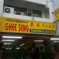 Photo taken at Ghee Seng Tomyam Seafood by darren c. on 3/5/2013
