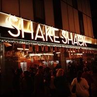 Foto tirada no(a) Shake Shack por Todd S. em 5/3/2013