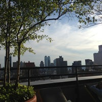Foto tomada en Sky Terrace at Hudson Hotel por Brandon el 5/27/2013