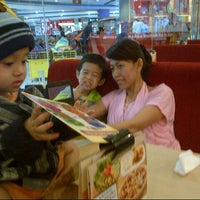 Photo taken at Pizza Hut by cikuria k. on 12/9/2014