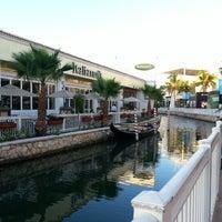 Foto tomada en La Isla Shopping Village por Karzz G. el 2/4/2013