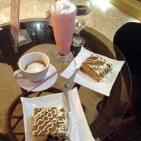 Foto tomada en Cafe Eduardo por Reevelyn G. el 2/25/2014