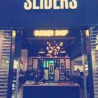 Foto tomada en Sliders por Maggie O. el 8/10/2014