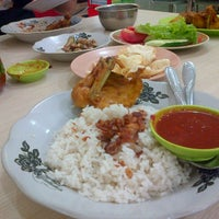 Photo taken at Nasi Uduk & Ayam Goreng Toha by Rica A. on 3/15/2015